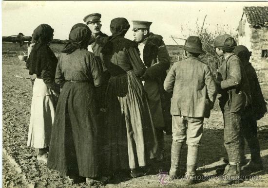 FOTOGRAFIA I GUERRA MUNDIAL SOLDADOS ESPAÑOLES Y ARGENTINOS HABLANDO CON MUJERES (Militar - Fotografía Militar - I Guerra Mundial)