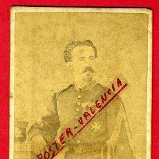 Militaria: FOTOGRAFIA MILITAR, FOTO ALBUMINA TARJETA VISITA CON SABLE , LARAUZA , BARCELONA, F102. Lote 34197841