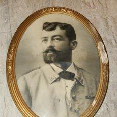 Militaria: FOTOGRAFIA ANTIGUA ENMARCADA, OFICIAL ESPAÑOL CON UNIFORME DE RAYADILLO, GUERRA DE CUBA, 1895/1898.. Lote 34947246