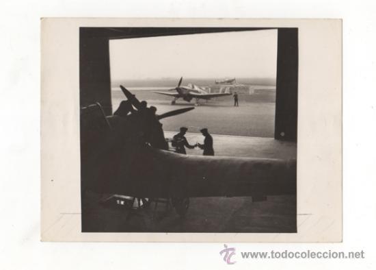 FOTOGRAFÍA ORIGINAL. INTERIOR DE UN HANGAR. MANTENIMIENTO DE UN MILES MASTER. 2ª GUERRA MUNDIAL. (Militar - Fotografía Militar - II Guerra Mundial)
