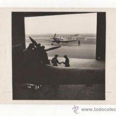 Militaria: FOTOGRAFÍA ORIGINAL. INTERIOR DE UN HANGAR. MANTENIMIENTO DE UN MILES MASTER. 2ª GUERRA MUNDIAL.. Lote 35026884