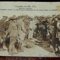 Militaria: ANTIGUA POSTAL DE LA GUERRA DEL RIF, 1921, MONTE ARRUIT, EL ALTO COMISARIO CIENDO UN CADAVER QUE SE . Lote 35218277