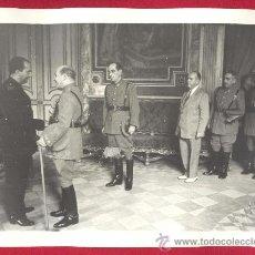 Militaria: FOTOGRAFIA GRANDE DE UN CORONEL DE LA POLICIA ARMADA EN UNA RECEPCIÓN CON JERARCA DE FALANGE, 1943.. Lote 35475949