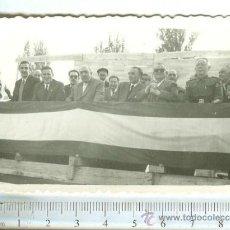 Militaria: MILITAR : FOTOGRAFIA ACTO PUBLICO CON REPRESENTACION MILITAR Y BANDERA NACIONAL. Lote 36034059