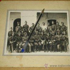 Militaria: ANTIGUA FOTO DE UNA UNIDAD MILITAR MANDOS GORRA PLATO Y TROPA GORRILLOS, ¿INTENDENCIA O REGULARES?. Lote 36389534