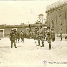 Militaria: FOTOGRAFÍA POSTAL DE GENERAL PASANDO REVISTA A TROPAS - AÑOS 20. Lote 36461177