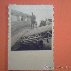 Militaria: FOTO SEGUNDA GUERRA - SOLDADO EN ALA DE AVIÓN. Lote 36841100