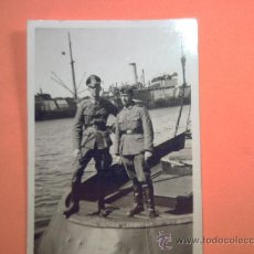 Militaria: FOTO SEGUNDA GUERRA - MILITARES DOS MILITARES SOBRE NAVE EN PUERTO. Lote 36841607