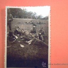 Militaria: FOTO SEGUNDA GUERRA - DESCANSO DE LA TROPA EN UN PRADO. Lote 36841763