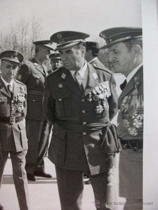 FOTO GENERAL, POLICIA ARMADA Y MILITARES , UNO EX DIVISION AZUL CON CRUZ DE HIERRO . ANTIDISTURBIOS (Militar - Fotografía Militar - Otros)