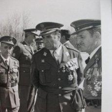 Militaria: FOTO GENERAL, POLICIA ARMADA Y MILITARES , UNO EX DIVISION AZUL CON CRUZ DE HIERRO . ANTIDISTURBIOS. Lote 36741387