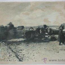 Militaria: FOTOGRAFIA EN PAPEL RECIO GRIS DE LA II GUERRA MUNDIAL - SOLDADOS JUNTO A AVION DERRIBADO. Lote 37082441