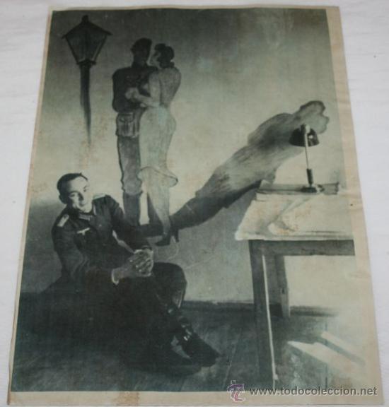 FOTOGRAFIA EN PAPEL RECIO GRIS DE LA II GUERRA MUNDIAL - SOLDADO JUNTO A DIBUJO (Militar - Fotografía Militar - II Guerra Mundial)