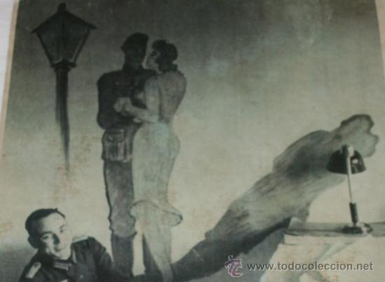 Militaria: FOTOGRAFIA EN PAPEL RECIO GRIS DE LA II GUERRA MUNDIAL - SOLDADO JUNTO A DIBUJO - Foto 2 - 37082480