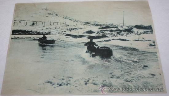 FOTOGRAFIA EN PAPEL RECIO GRIS DE LA II GUERRA MUNDIAL - SOLDADOS EN MOTOS POR EL AGUA (Militar - Fotografía Militar - II Guerra Mundial)