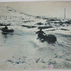 Militaria: FOTOGRAFIA EN PAPEL RECIO GRIS DE LA II GUERRA MUNDIAL - SOLDADOS EN MOTOS POR EL AGUA. Lote 37082522