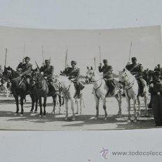 Militaria: ANTIGUA FOTOGRAFIA DE OFICIALES DE CABALLERIA EN FORMACION, EPOCA DE FRANCO, TAMAÑO POSTAL.. Lote 37101100