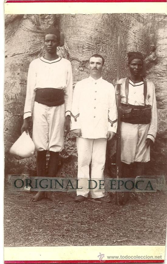 (JX-905)FOTOGRAFIA DE OFICIAL FRANCES CON DOS ASCARIS,POSIBLEMENTE SENEGAL (Militar - Fotografía Militar - Otros)