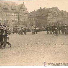 Militaria: EL MARISCAL VON HINDENBURG PASANDO REVISTA MILITAR. MEDIDAS 14,5 X 10 CM. Lote 38390423