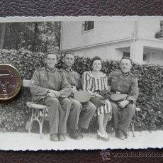 Militaria: FOTOGRAFIA POSTAL - 3 MILITARES ALEMANES Y UNA MUJER (FAMILIA) - SEGUNDA GUERRA MUNDIAL. Lote 38609471