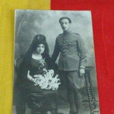 Militaria: ANTIGUA FOTO POSTAL EN ESTUDIO DE MILITAR CON SU ESPOSA, REGIMIENTO DE INFANTERIA. Lote 38661033