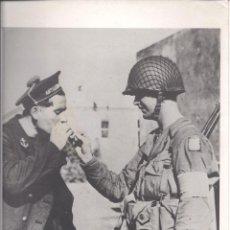 Militaria: FOTOGRAFÍA DE SOLDADOS COMPARTIENDO TABACO. CON SELLO DE LA AGENCIA ESPAÑOLA CIFRA. Lote 39500427