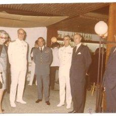 Militaria: OFICIALES ESPAÑOLES DE AVIACIÓN Y MARINA JUNTO A CIVILES EN RECEPCIÓN OFICIAL EN EL AÑO 1968. Lote 39693914