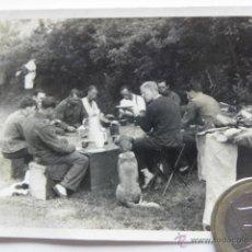 Militaria: FOTOGRAFIA SEGUNDA GUERRA MUNDIAL - SOLDADOS ALEMANES COMIENDO , PERRO ESPERANDO 1941. Lote 39913278
