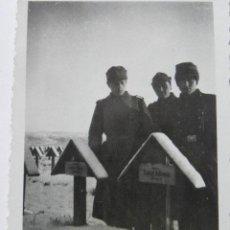Militaria: FOTOGRAFIA SEGUNDA GUERRA MUNDIAL - 3 SOLDADOS ALEMANES EN UN CEMENTERIO NEVADO. Lote 39913294