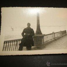 Militaria: ZARAGOZA 1938 SOLDADO LEGION CONDOR JUNTO AL EBRO GUERRA CIVIL AL FONDO PUENTE DE HIERRO. Lote 40149623
