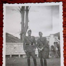 Militaria: ANTIGUA FOTOGRAFIA ORIGINAL DE MILITARES DE UNIFORME, AÑOS 40 - MIDE 8,5 X 6 CMS.. Lote 38254853