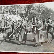 Militaria: ANTIGUA FOTOGRAFIA ORIGINAL DE MILITARES DESFILANDO EN BURGOS, AÑOS 40 - MIDE 12 X 8,5 CMS.. Lote 38254858
