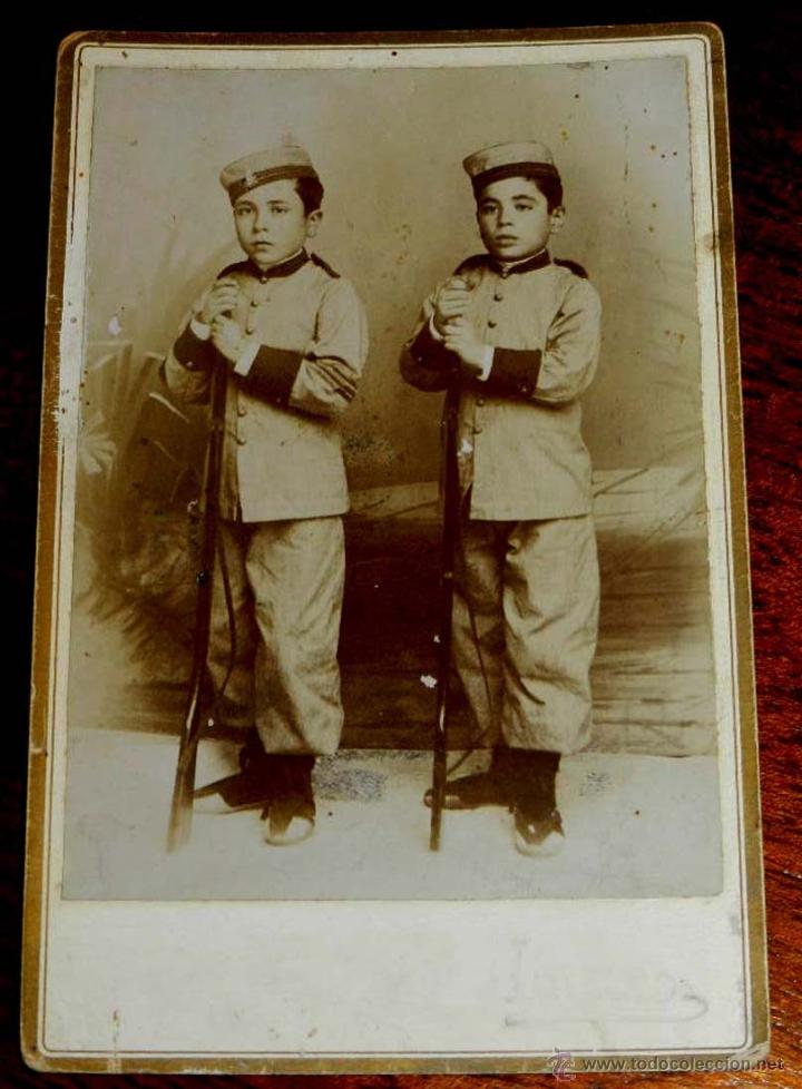 ANTIGUA FOTOGRAFIA ALLBUMINA DE 2 NIÑOS ESPAÑOLES CON UNIFORME MILITAR, VER EL CALZADO QUE LLEVAN, F (Militar - Fotografía Militar - Otros)