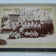 Militaria: ANTIGUA FOTOGRAFIA DE LA FABRICA DE ARTILLERIA DE GRANADA, VISITA DE LOS ALUMNOS DE 5º AÑO DE LA ACA. Lote 41540561