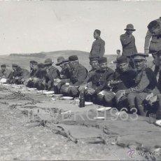 Militaria: POSTAL FOTOGRAFICA, SOLDADOS COMIENDO EL RANCHO, MAGNIFICA,. Lote 40453754