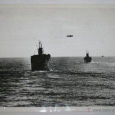 Militaria: CONVOY YANQUI CRUZA EL PACIFICO ESCOLTADO POR AVIONES - FOTO DE LA II GUERRA MUNDIAL. Lote 40519363