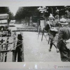 Militaria: BARRICADA FRANCO INGLESA EN EL FRENTE OESTE - FOTOGRAFIA DE LA II GUERRA MUNDIAL. Lote 40519861
