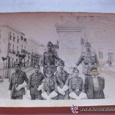 Militaria: MILITAR : SOLDADOS GASTADORES DE GALA DE LA CRUZ ROJA MILITARIZADA. AÑOS 40. 7 X 10 CM .... Lote 40524205
