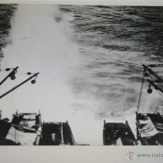 Militaria: BOMBA JAPONESA CAE JUNTO A BARCAZAS DE DESMBARCO EN BUQUE - FOTOGRAFIA DE LA II GUERRA MUNDIAL. Lote 40530035