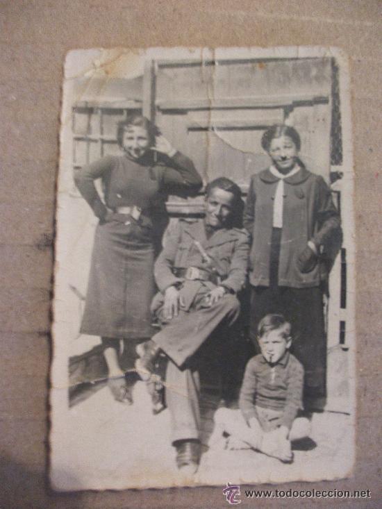 GUERRA CIVIL: ALFEREZ ITALIANO DEL CTV CON DOS MOZAS.. (Militar - Fotografía Militar - Guerra Civil Española)