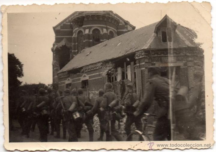 TROPA ALEMANA PASA JUNTO A EDIFICIO SEMIDESTRUIDO - FOTOGRAFIA II GUERRA MUNDIAL (Militar - Fotografía Militar - II Guerra Mundial)