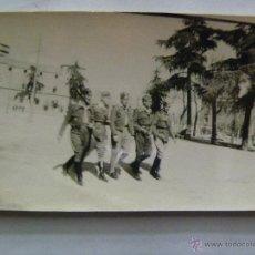 Militaria: GUERRA CIVIL : FOTO DE MILITARES PASEANDO. Lote 40837366
