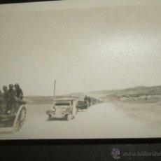 Militaria: AVILA GUERRA CIVIL CONVOY VEHICULOS Y CARROS CON SOLDADOS CAMINO DEL FRENTE FOTO POR SOLD. LEG. COND. Lote 41032980