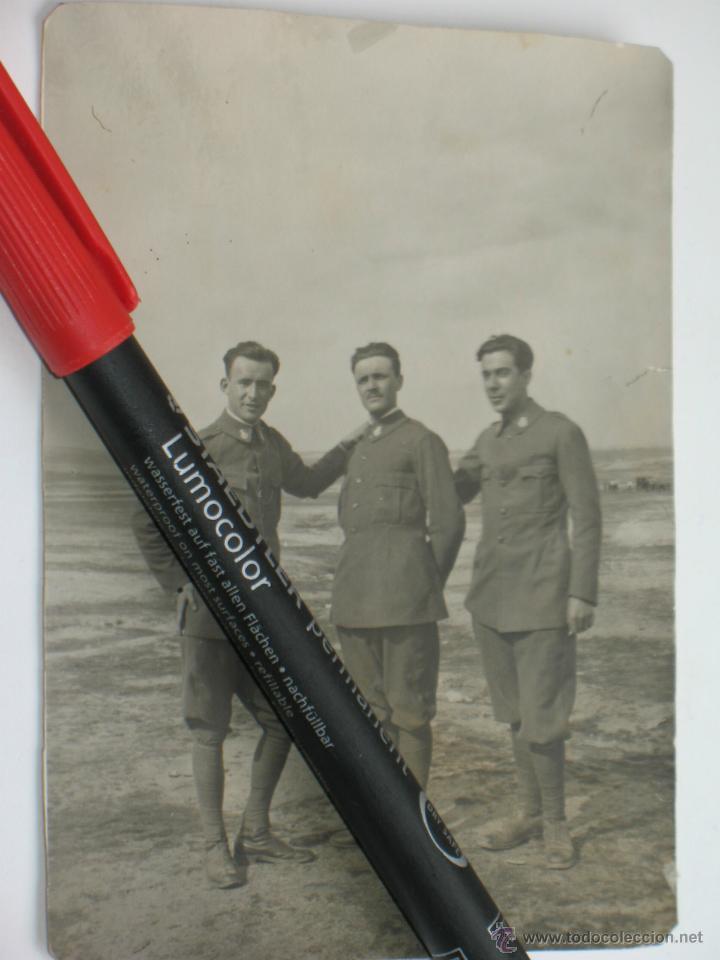 FOTO DE TRES OFICIALES ÉPOCA ALFONSO XIII. (Militar - Fotografía Militar - Otros)