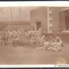 Militaria: TARJETA POSTAL FOTOGRAFICA. GUERRA DE AFRICA. SOLDADOS DESCANSANDO EN EL CUARTEL.. Lote 41281429