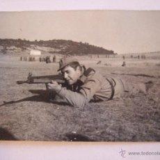 Militaria: FOTOGRAFIA SOLDADO CUERPO A TIERRA CON EL ARMA - MAS SOLDADOS DE FONDO - AÑOS 60/70. Lote 42176060