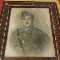 Militaria: ANTIGUA FOTO SOLDADO CON GORRILLO CON BORLA Y CORREAJE, DEL REGIMIENTO NUM 2, ENMARCADA. Lote 42183878