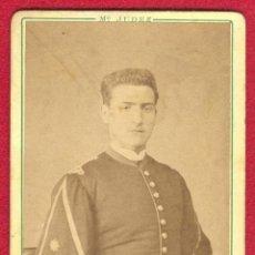 Militaria: RETRATO, FOTOGRAFIA DE UN ALFEREZ ESPAÑOL CON UNIFORME DEL REGLAMENTO 1861, PERIODO DE ISABEL II.. Lote 42224703