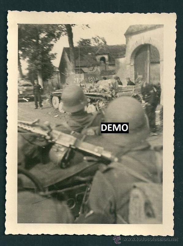 FOTOGRAFIA SOLDADOS EN FRANCIA CON AMETRALLADORAS Y PANZER - WW2 - ORIGINAL (Militar - Fotografía Militar - II Guerra Mundial)
