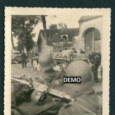 Militaria: FOTOGRAFIA SOLDADOS EN FRANCIA CON AMETRALLADORAS Y PANZER - WW2 - ORIGINAL. Lote 42352860